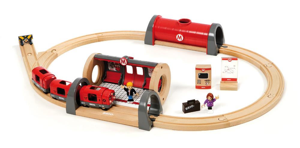 Souprava metra s nástupištěm a kolejema