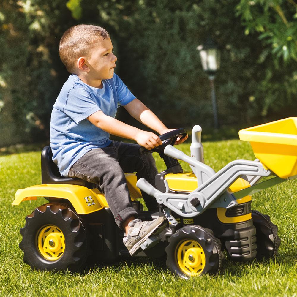 Velký šlapací traktor s rypadlem, žlutý